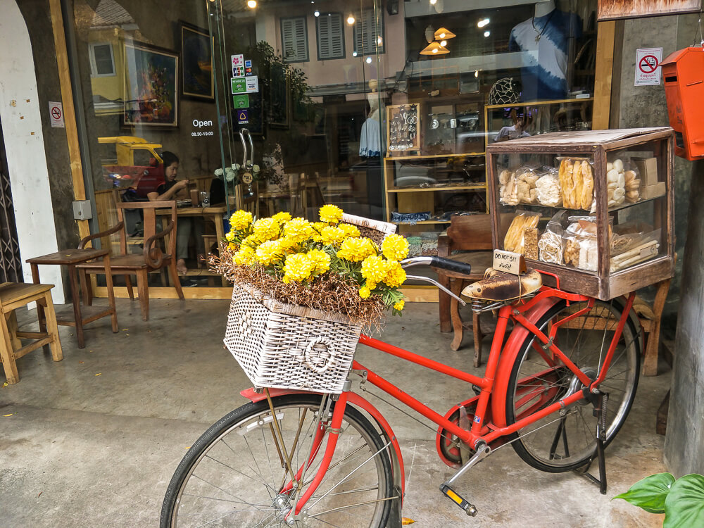 Fahrrad vor dem Chino Coffee Gallery Art Cafe Old Town Phuket